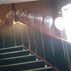 losse heliumballonnen aan zandzakje
